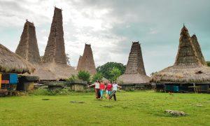 KAmpung Ratenggaro terletak di tepi pantai dan memiliki menara yang tinggi